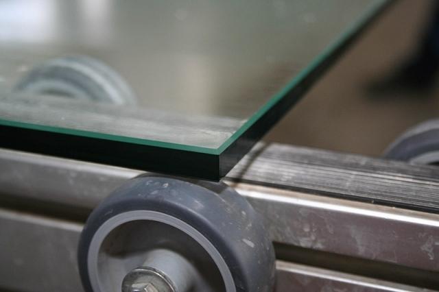 Обработка кромки (полировка) на прямолинейных изделиях